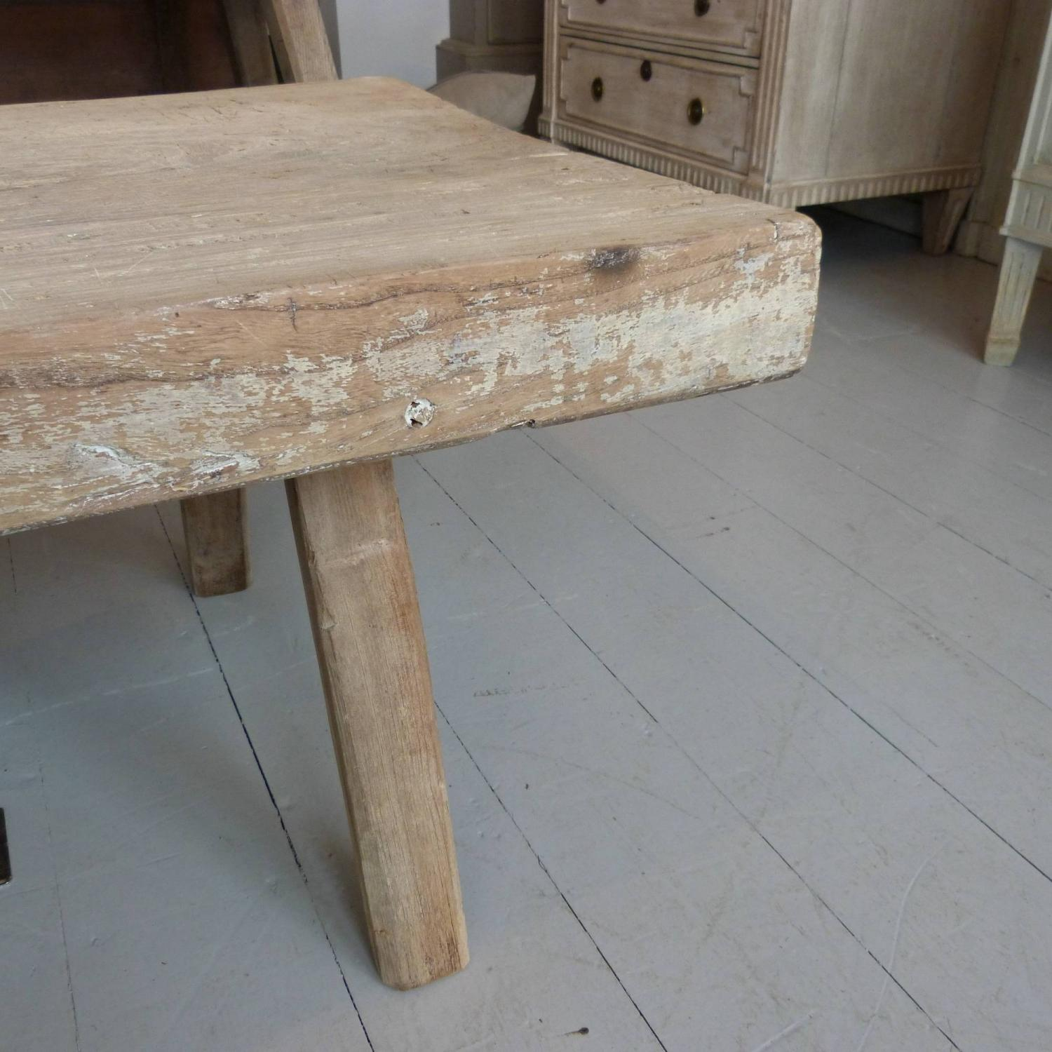 ... 19TH CENTURY BLEACHED OAK PIG BENCH COFFEE TABLE   Picture 5