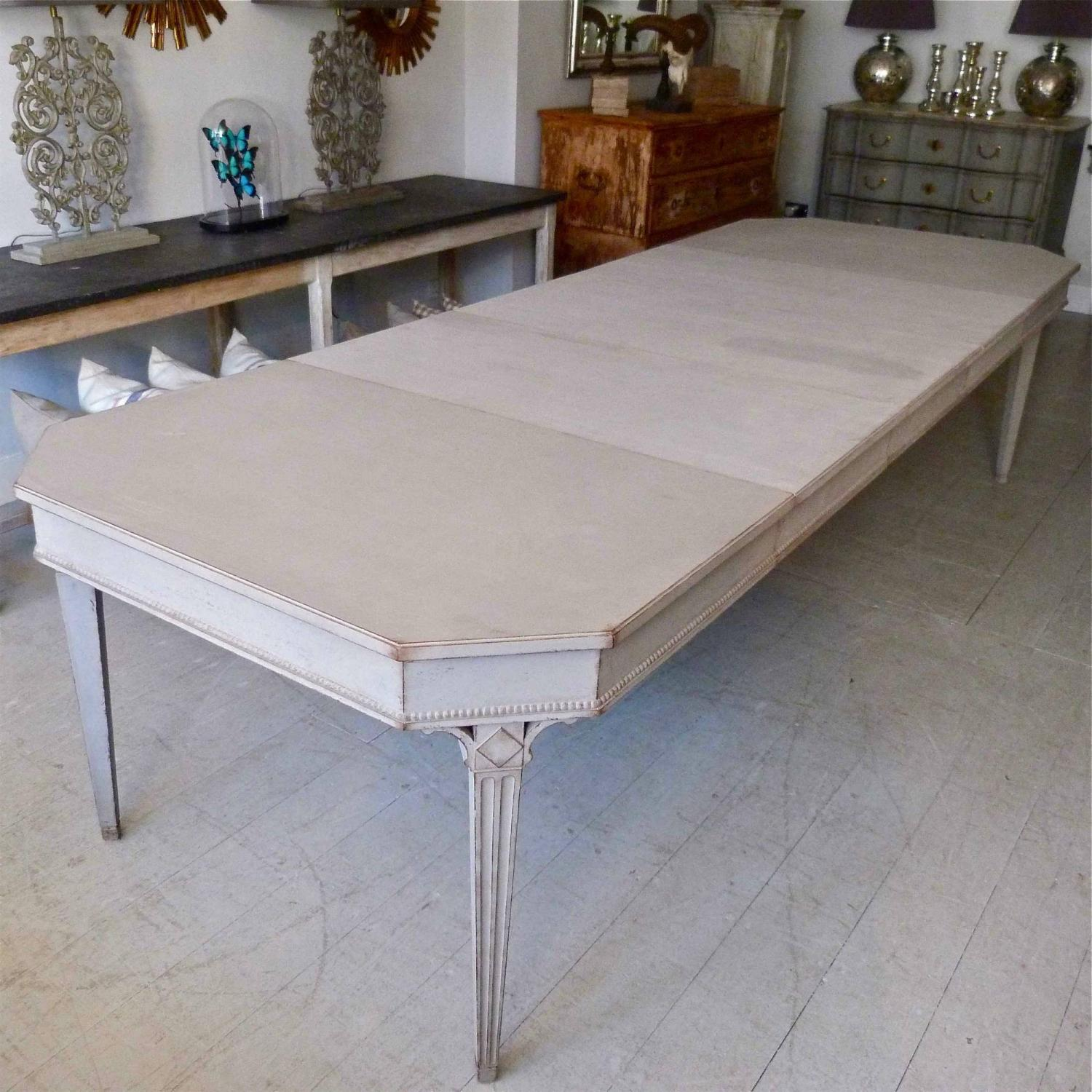 SWEDISH GUSTAVIAN STYLE EXTENSION DINING TABLE