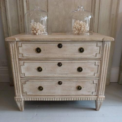 18TH CENTURY DUTCH LIMED OAK CHEST OF DRAWERS