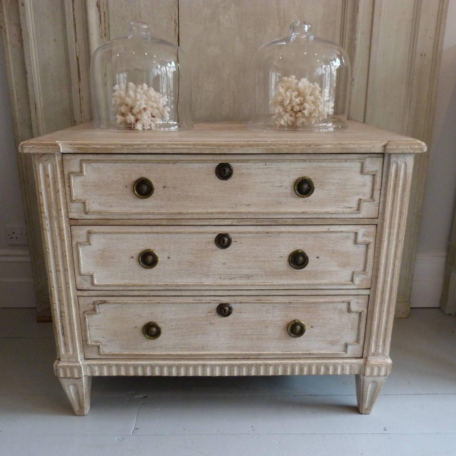 18TH CENTURY DUTCH LIMED OAK CHEST OF DRAWERS   Picture 1 ...