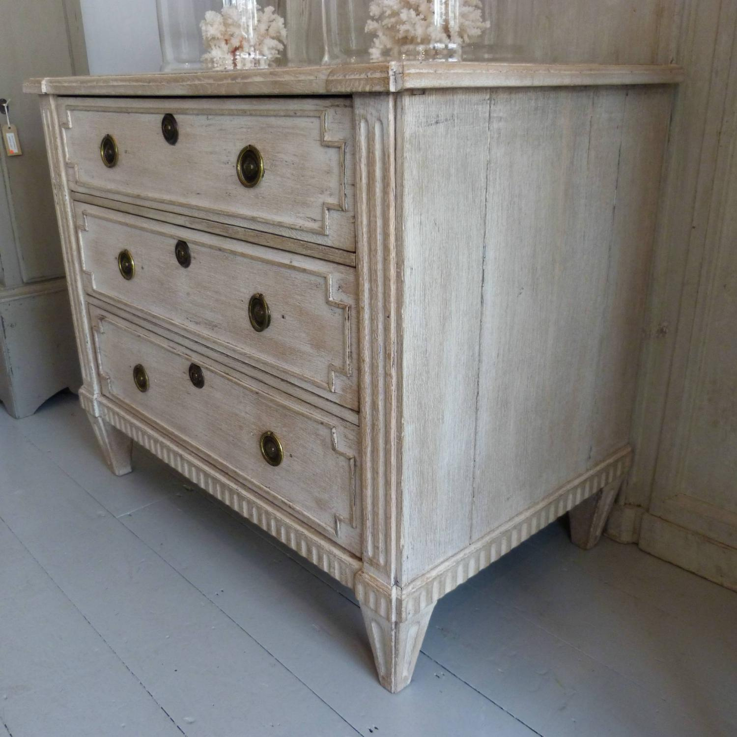 ... 18TH CENTURY DUTCH LIMED OAK CHEST OF DRAWERS   Picture 2 ...