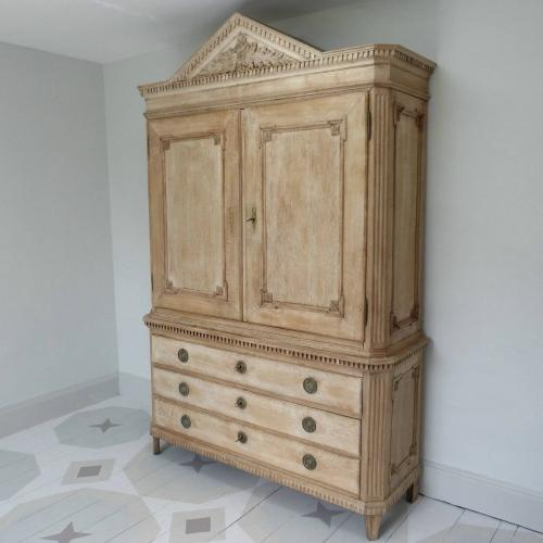 GRAND SCALE 18TH CENTURY GERMAN BLEACHED OAK CABINET