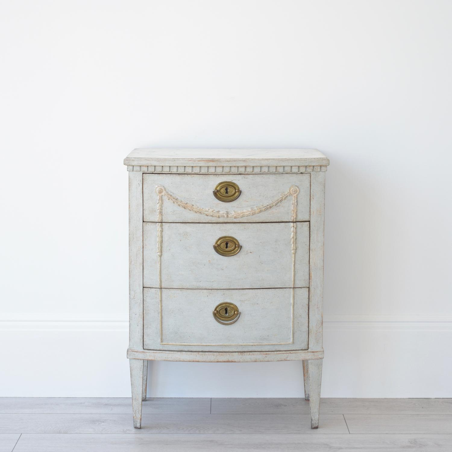 FINE GUSTAVIAN STYLE BOW FRONT BEDSIDE CHEST